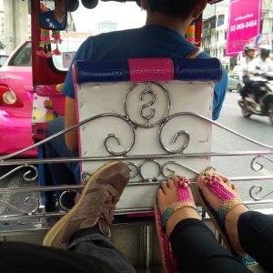selfie sepatu sandal kami di tuk tuk bangkok